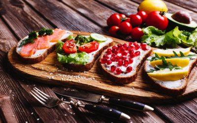aliments-frais-sains-idees-collations-repas-pain-maison-au-fromage-avocat_8353-8784