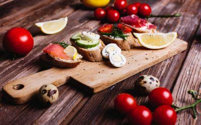 aliments-frais-sains-idees-collations-repas-pain-maison-au-fromage-avocat_8353-8786