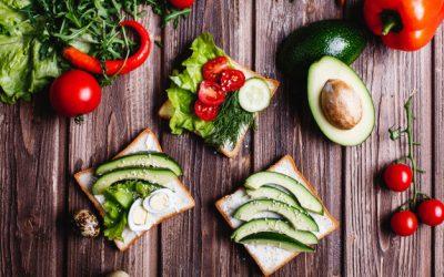aliments-frais-sains-idees-petit-dejeuner-dejeuner-pain-au-fromage-avocat-verdure_8353-8794