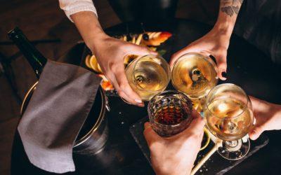 mains-males-femelles-se-bouchent-cocktails_1303-13495